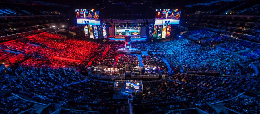 Menschen in Arena verfolgen League of Legends Turnier live