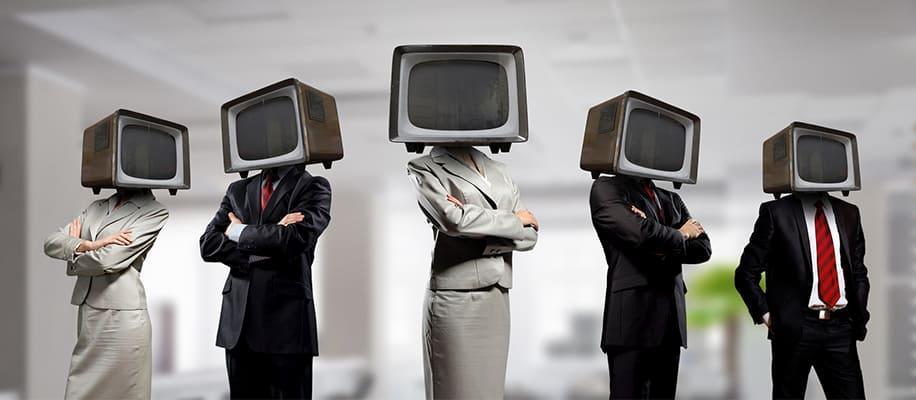 Menschen mit Fernsehern anstatt Köpfen