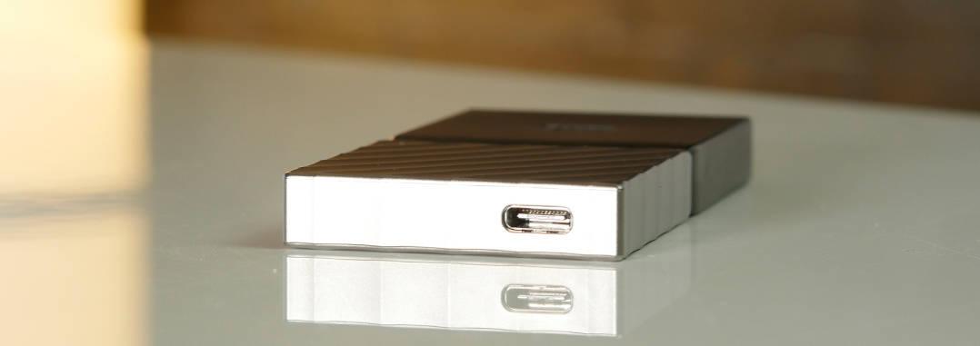 Die Western Digital My Passport SSD ist besonders leicht und deutlich kleiner als die HDDs im Test.