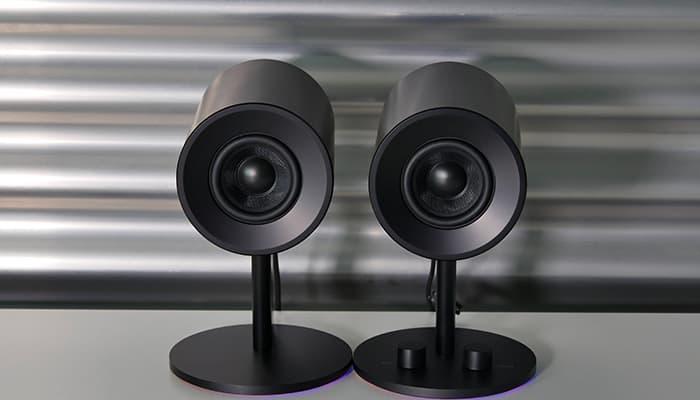 Das Razer Nommo Chroma bietet das bekannte Razer Beleuchtungssystem und klaren Sound.