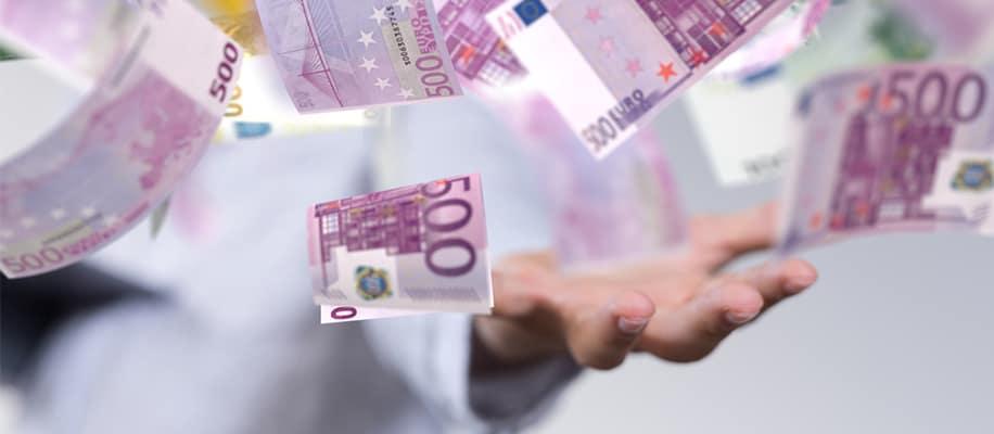 500 Euro Scheine fliegen durch die Luft